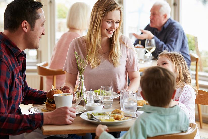 Familie beim Mittagessen im Hotel