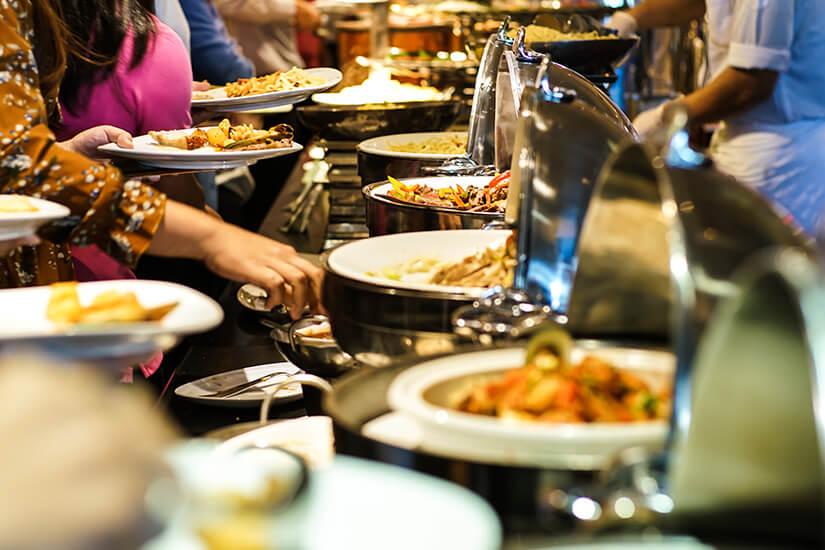 Warmes Buffet mit verschiedenen Speisen