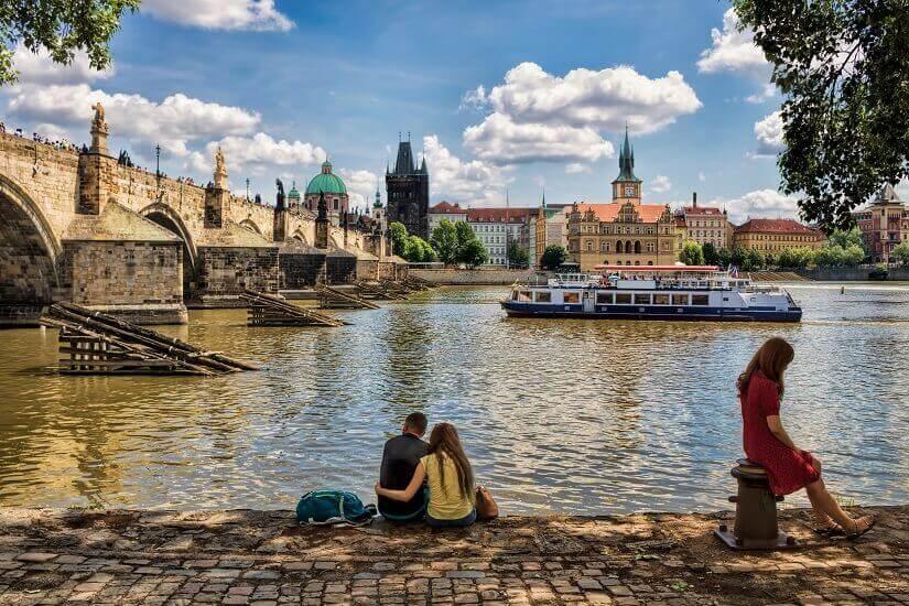 Am Ufer der Moldau in Prag sitzen