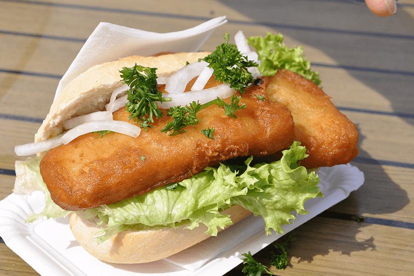 Frischer Backfisch im Brötchen