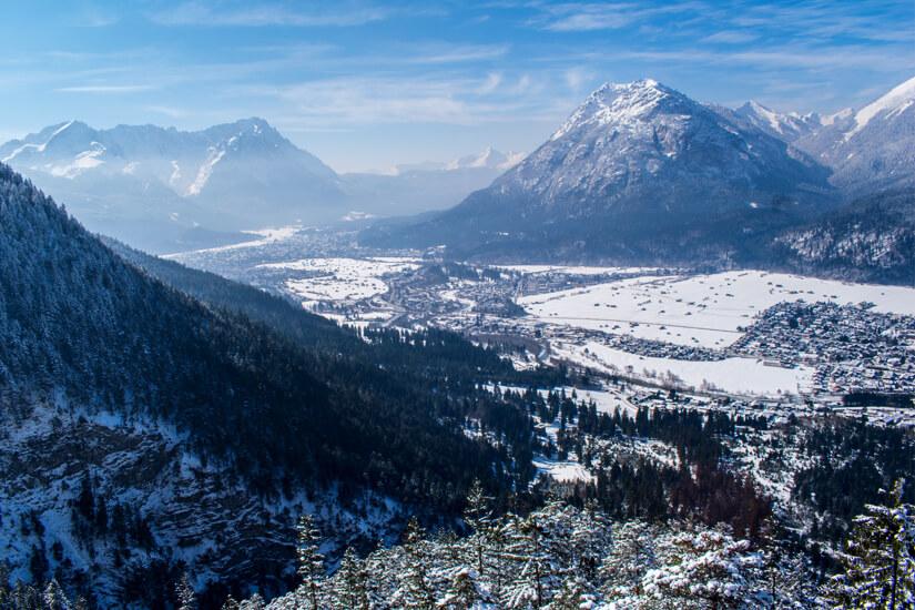 Schneebedecktes Garmisch-Partenkirchen und Farchand