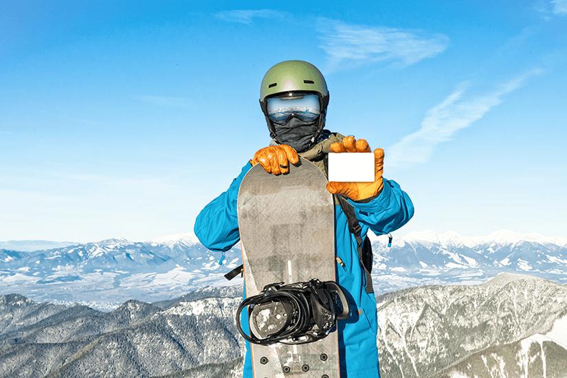 Snowboarder mit Skipass