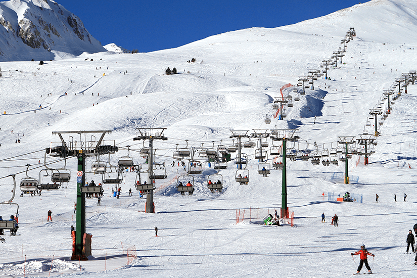 Skilift führt auf den Berg