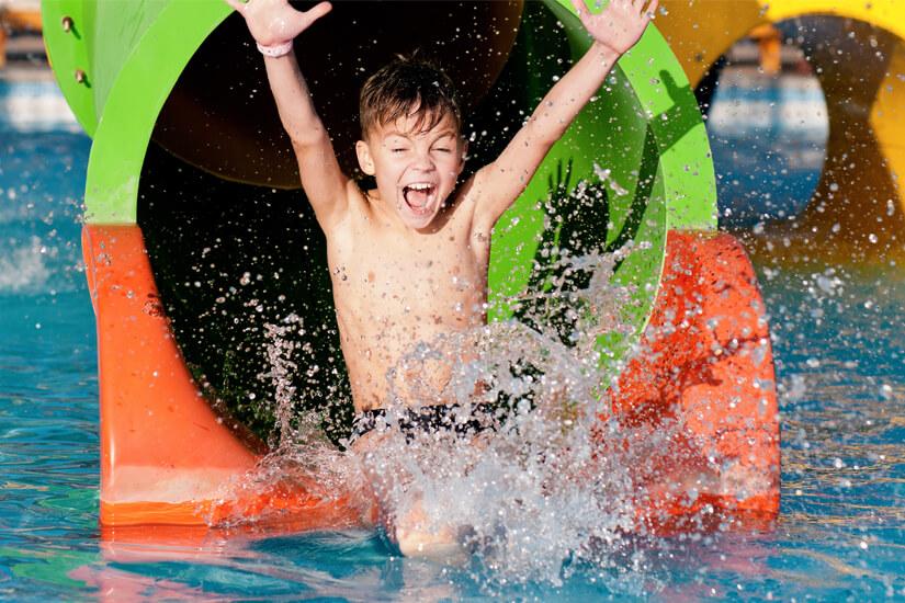 Spaß auf der Rutsche im Indoor-Pool