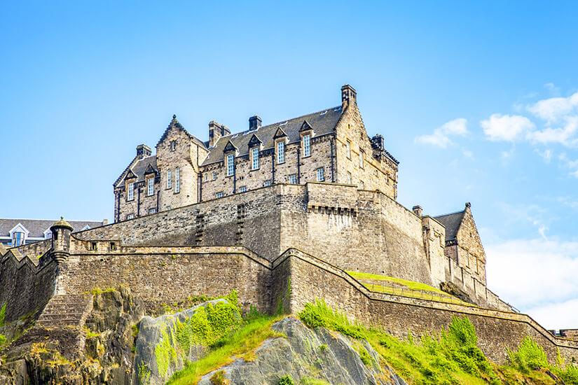 Edinburgh Castle thront über der Stadt