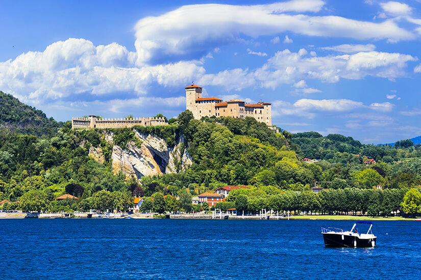 Die Burg Rocca d'Anger über dem Lago Maggiore