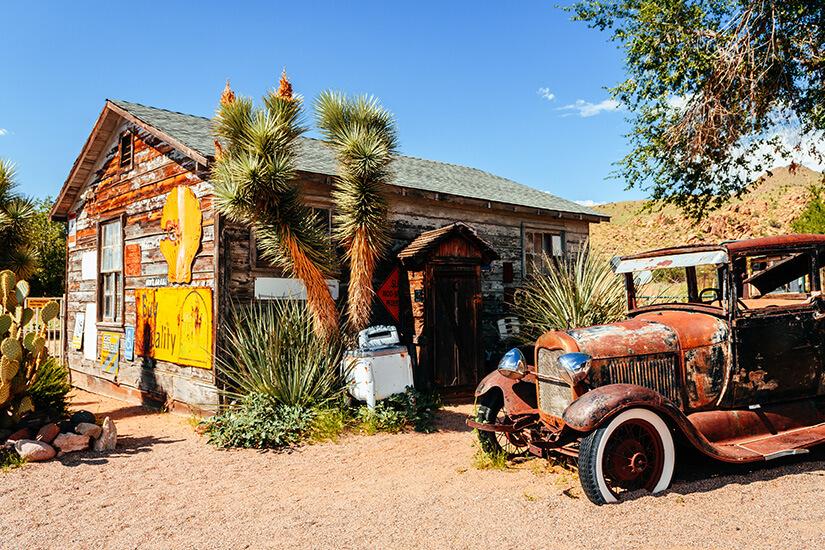 Alte Häuser und Autos sind ein typisches Bild an der Route 66