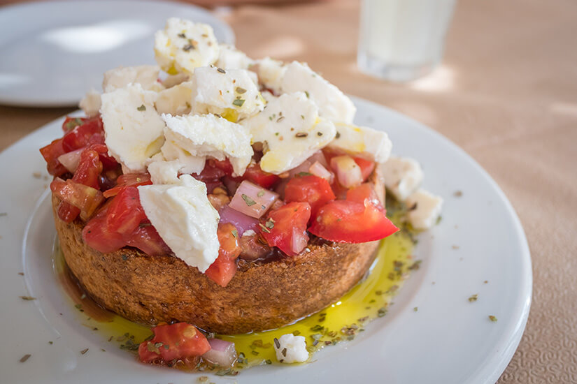 Bruschetta auf griechisch_Vorspeise mit frischen Tomaten und Feta