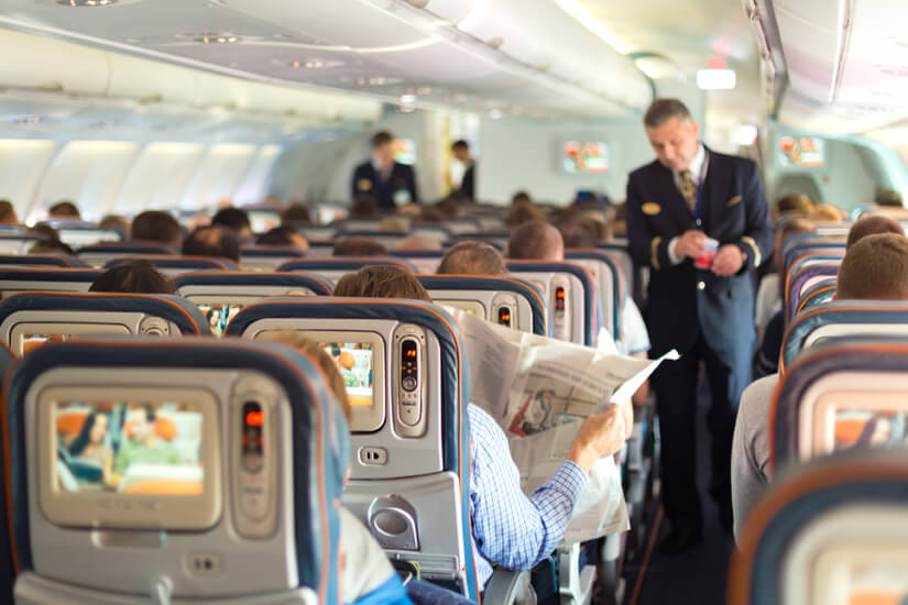 Das Bordpersonal kümmert sich auf längen Flüge um die Passagiere