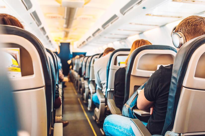 Passagiere in der Flugzeugkabine