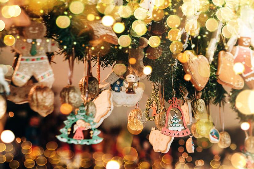 Weihnachtsdekoration auf dem Weihnachtsmarkt kaufen