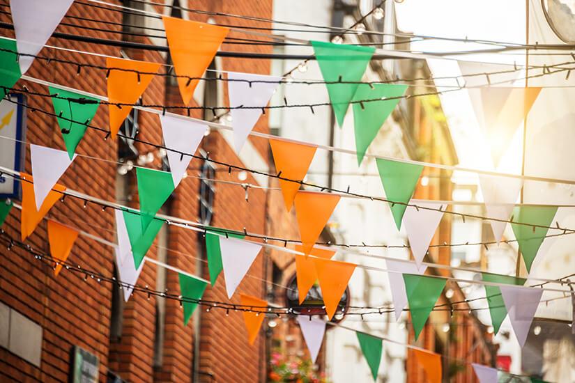 Straßenfest in den irischen Nationalfarben