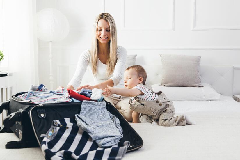Koffer auspacken mit Baby