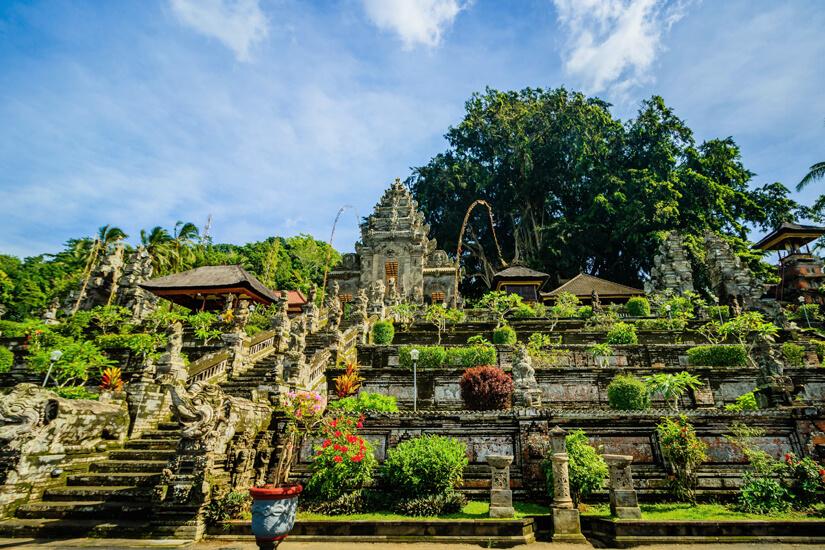 Blick auf den Pura Taman Saraswati Tempel in Ubud