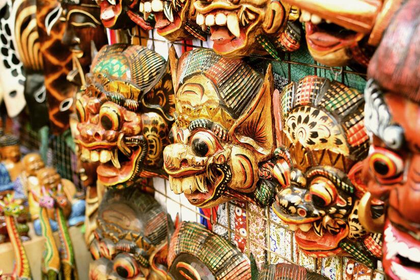 Geschnitzte Holzmasken sind bekannt für Ubud