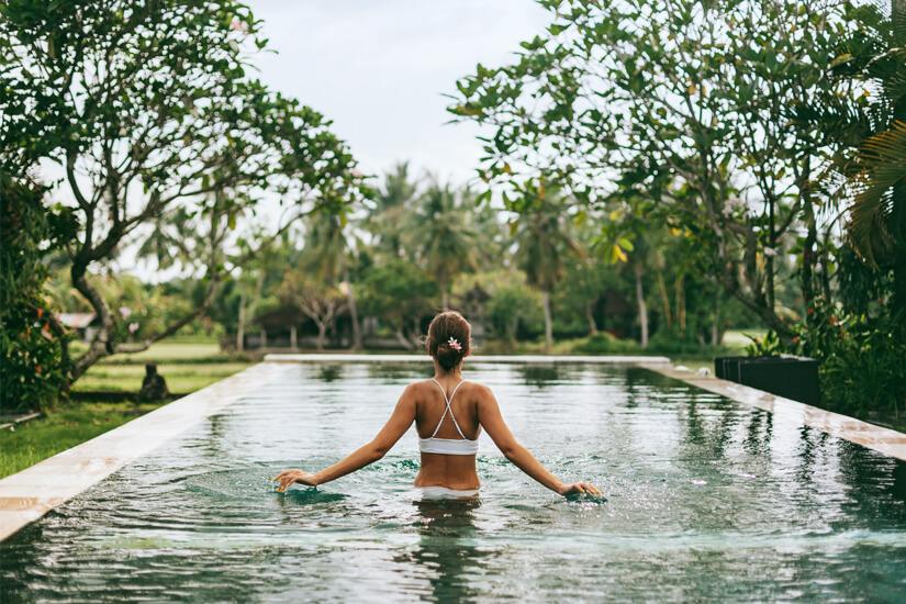 Infinity Pool mit Ausblick in Ubud