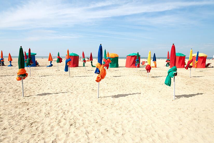 Deauville ist bekannt für seine bunten Schirme und Umkleidezelte