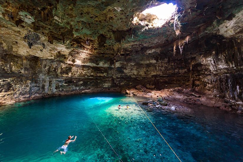 Cenote, ein unterirdischer See in Yucatán