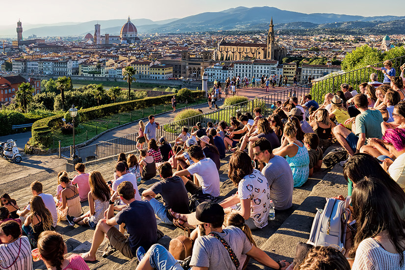 Besucher genießen die Sonne auf der Piazzale Michelangelo