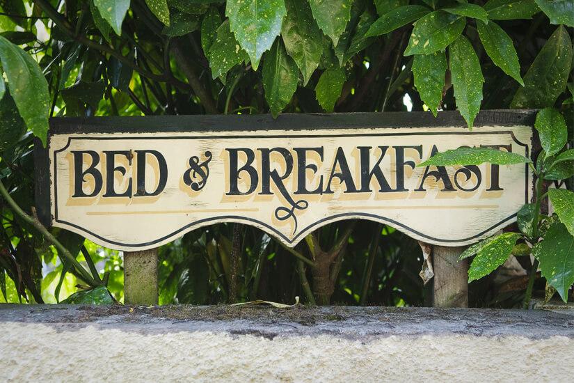 Schild weist auf ein Bed & Breakfast hin