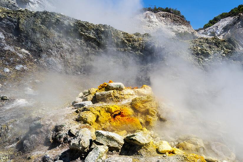 Schwefeldampf am Vulkan Solfatara in Italien