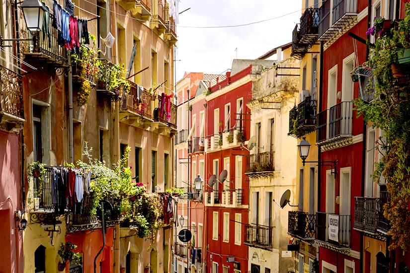 Bunte Häuser in den engen Gassen von Cagliari