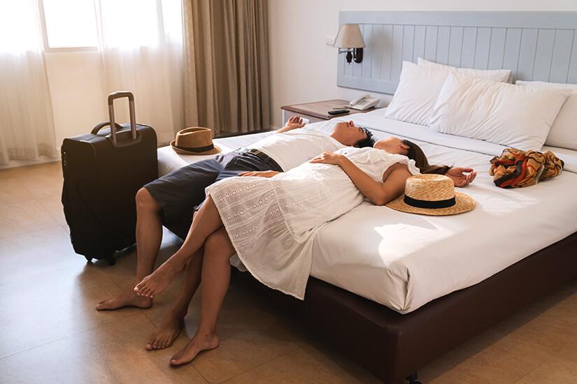 Pärchen bezieht Zimmer im Erwachsenenhotel