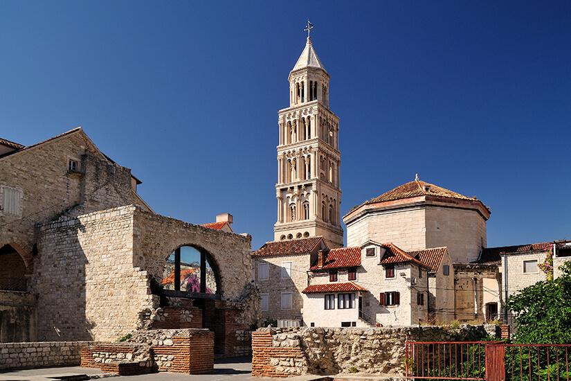 Gut sichtbar der Turm der Kathedrale Sveti Duje