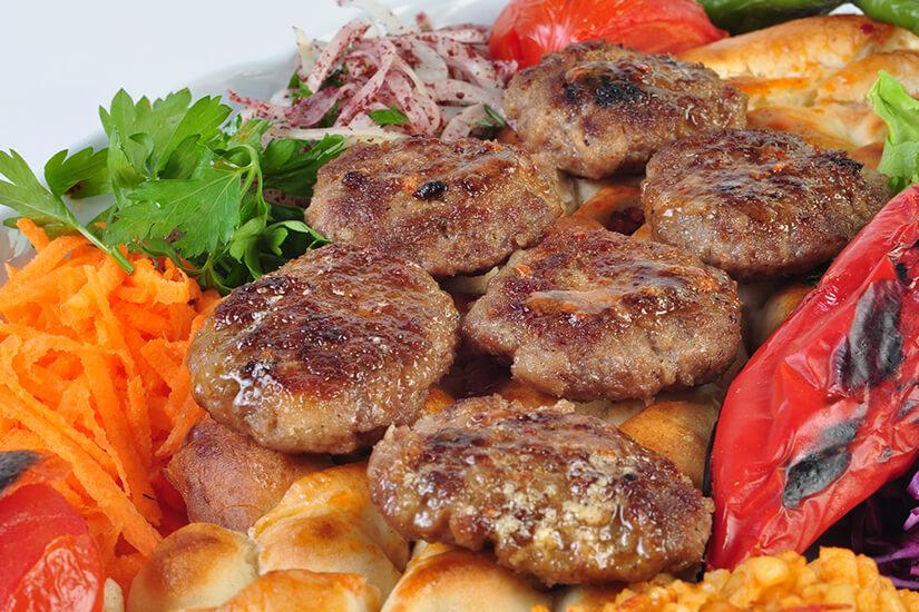 Köfte (Hackfleischbällchen) mit Brot & Gemüse