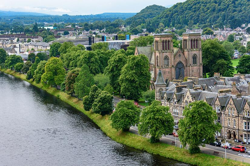 Das grüne Inverness am Fluss