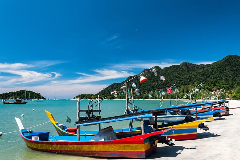 Telaga Harbour mit bunten Fischerbooten