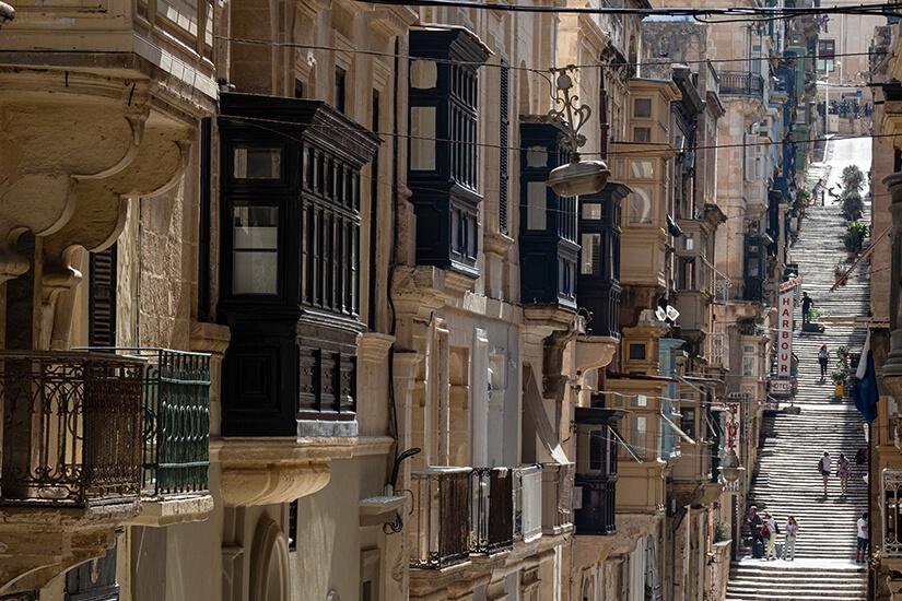 Zu Fuß durch eine schmale Gasse in Valletta