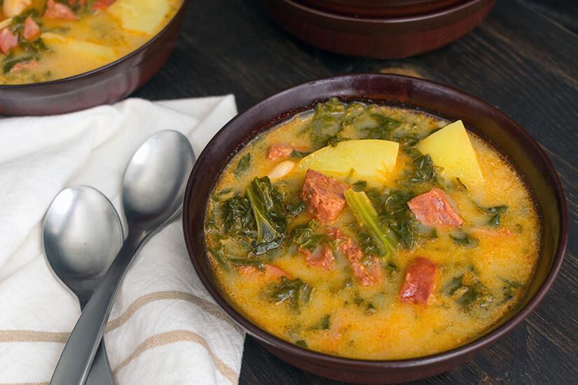 Caldo Verde mit Kartoffeln, Wurst und Kohl