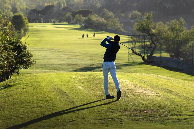 Abschlag auf dem Golfplatz