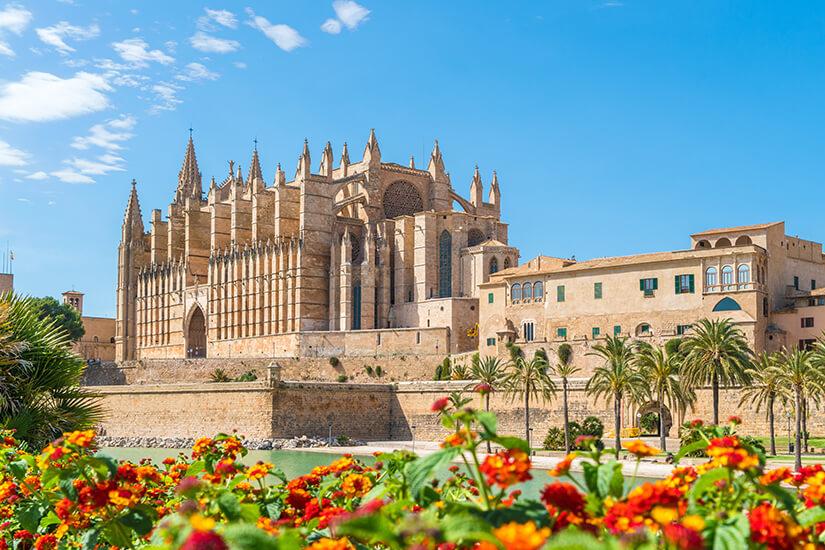 Die Kathedrale La Seu vor strahlend blauem Himmel