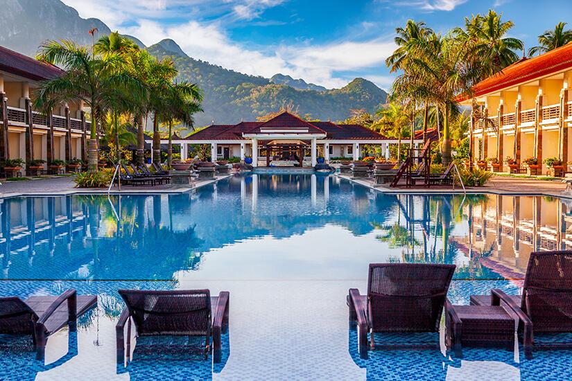 Exotisches Resort mit Blick auf die Berge
