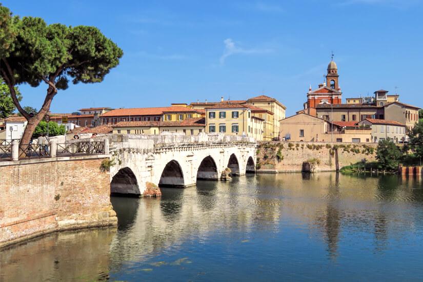 Die Tiberiusbrücke ist Wahrzeichen der Stadt