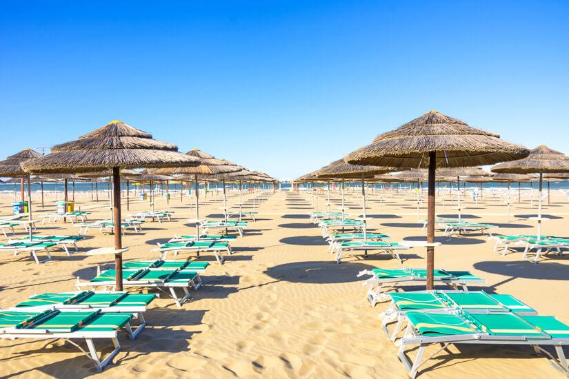 Sonnenschirme und Liegen am Strand von Rimini