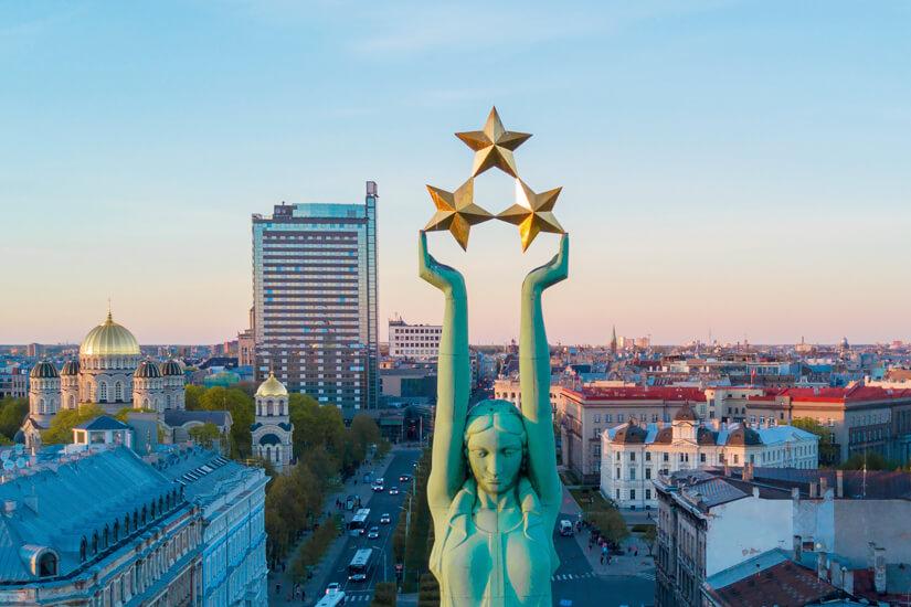 Freiheitsdenkmal mit Blick über Riga