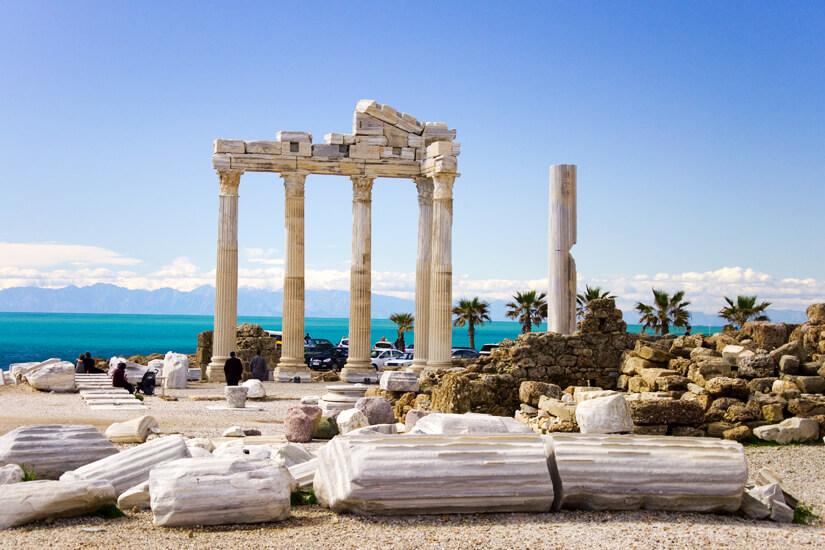 Apollon Tempel vor der Kulisse des Mittelmeers