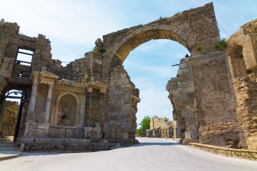 Am Bogentor und Vespasiandenkmal führt kein Weg vorbei