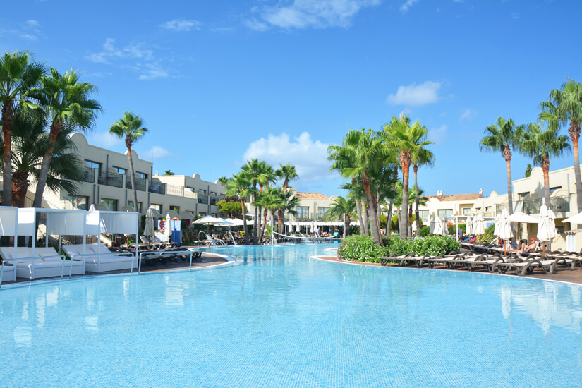 Hotelanlage mit Pool auf Menorca