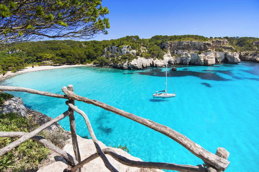 Cala Macarella mit türkisblauem Wasser