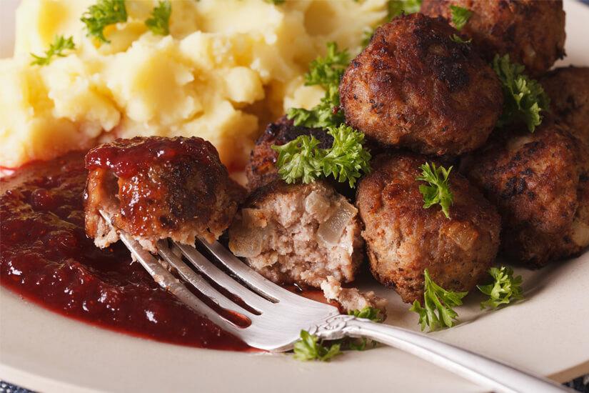 Köttbular mit Preiselbeeren und Kartoffeln