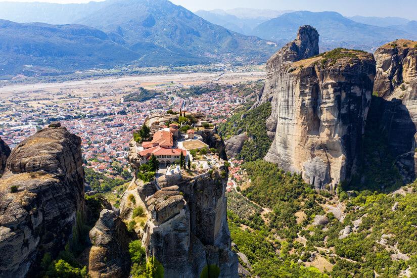 Blick auf ein Meteora-Kloster im Pindos Gebirge