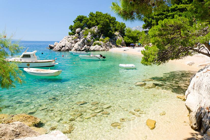 Boote in einer Bucht an der Makarska Riviera