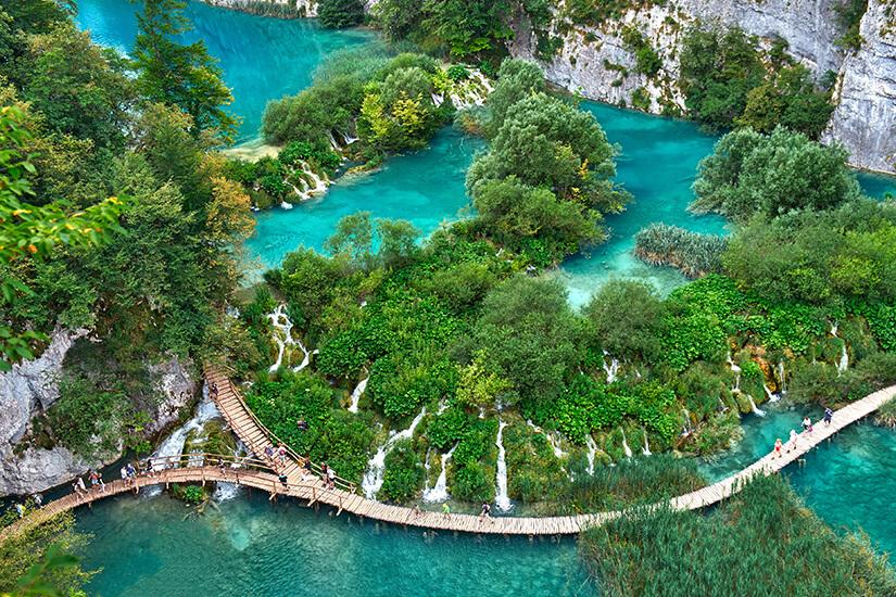 Wasserfaelle der Plitvicer Seen in Kroatien von oben