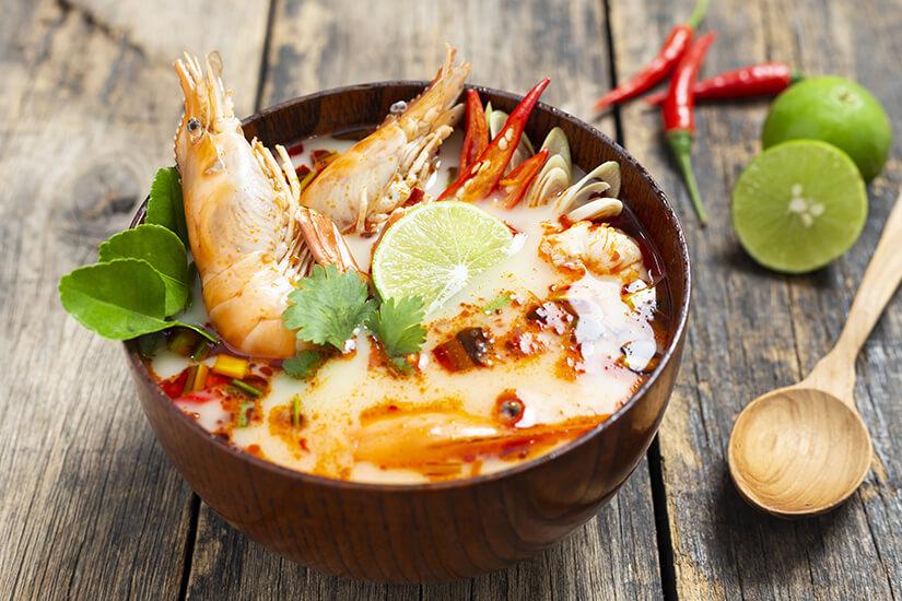 Tom Yam Gung Suppe ist typisch fuer thailaendisches Essen