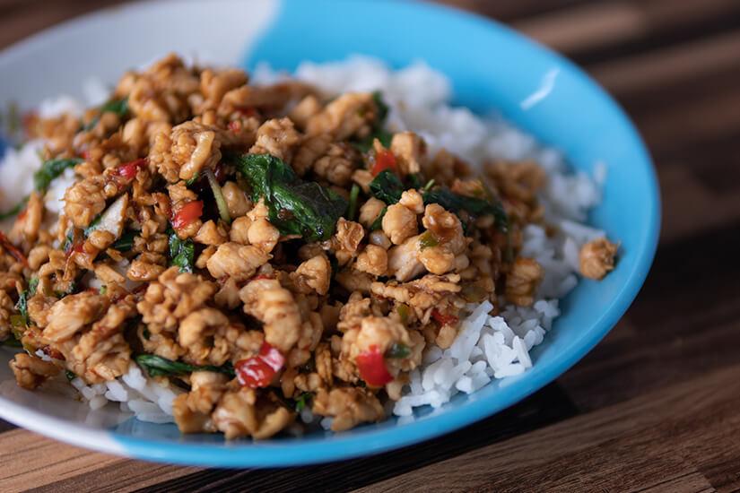 Pad Kra Pao mit Fleisch und Reis