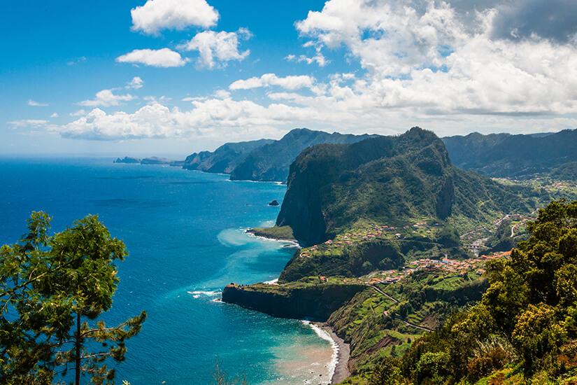 Adlerfelsen an der Nordkueste bei Faial_Madeira